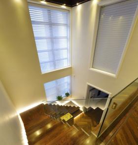 原木色深邃的简约风楼梯设计图