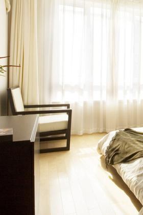 极简卧室窗帘布置