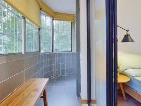 现代简约卧室对出阳台