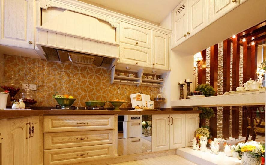 白色的厨柜,干净大气,也是典型的欧式风格.