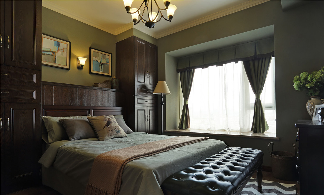 卧室是浓绿的抹茶色调.橱柜与床头相连的设计大大节省了空间.图片