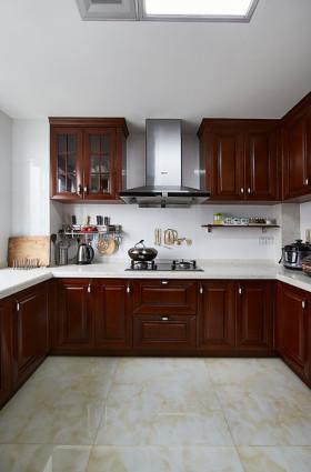 大气美式风格沉稳厨房橱柜装饰案例