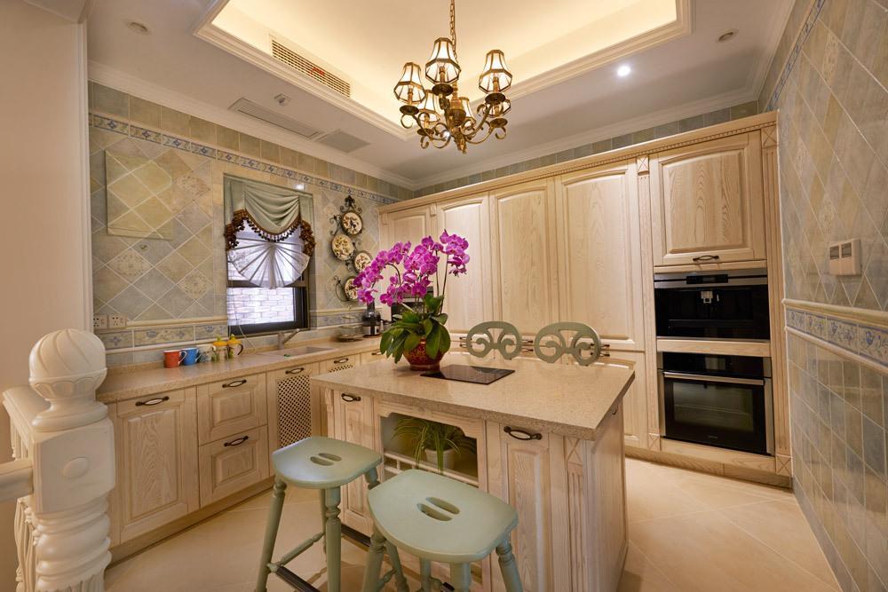 欧式米色中岛式厨房图片欣赏