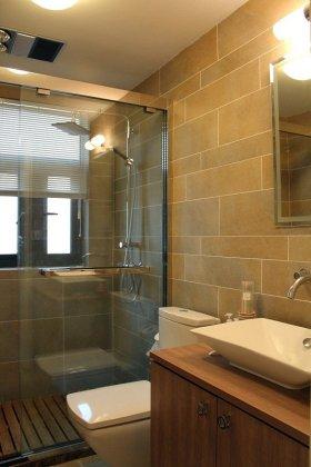 原木色现代风格卫生间装修设计图片