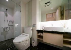 白色简约风格卫生间浴室柜装修图片