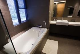 黑灰色现代卫生间图片欣赏