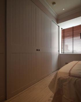 现代风格卧室衣柜装修图