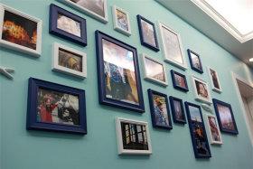 蓝色简约时尚照片墙设计赏析