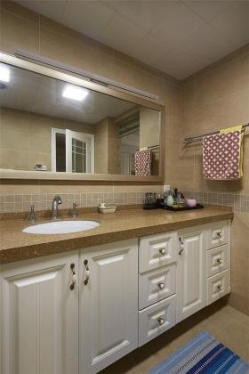 黄色简欧风格卫生间浴室柜装修效果图
