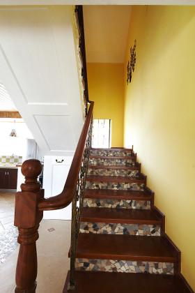地中海个性雅致黄色楼梯装潢设计图片