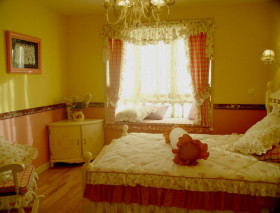 美式风格卧室飘窗装饰案例