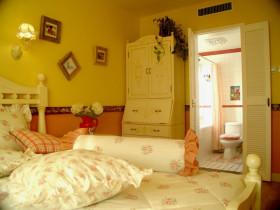 黄色田园风格卧室带卫生间装修布置