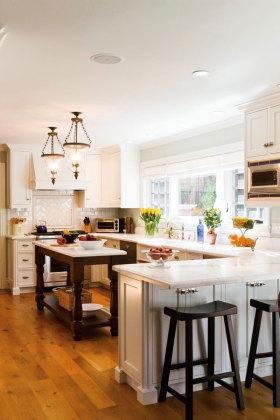 米色美式风格厨房带吧台设计图