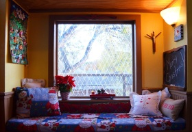 黄色温馨宜家风格飘窗装饰设计