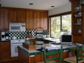 个性绿色东南亚风格厨房橱柜装饰图