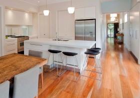 原木质朴时尚简约开放式厨房橱柜设计图片