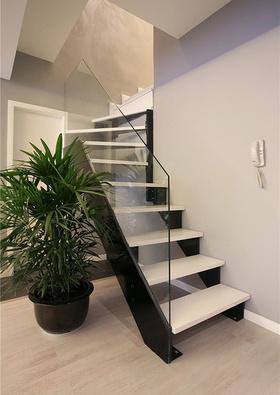 混搭风素雅白色楼梯装潢设计
