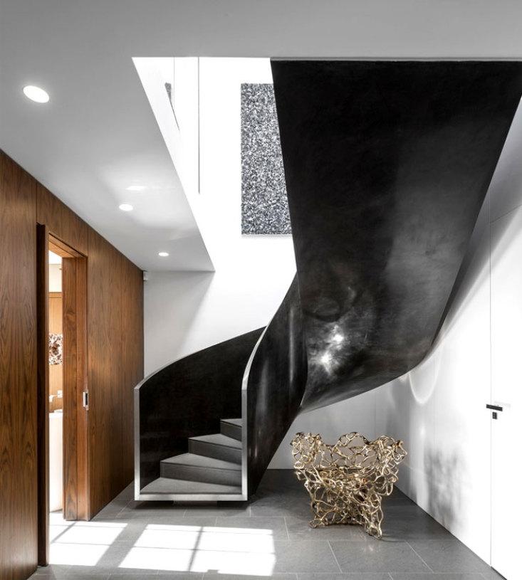 美式风格质感黑色楼梯装修案例