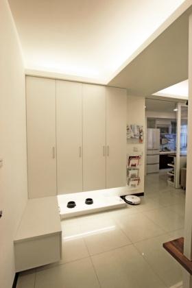 白色简约风格玄关装饰柜装修设计