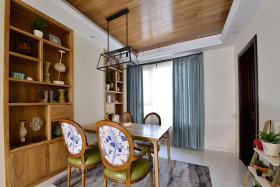 原木色东南亚风格餐厅吊顶装饰图