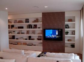 白色简约风格客厅背景墙收纳柜设计装潢