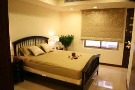 现代风格温馨黄色卧室装修