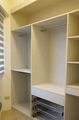 原木色简约风格入墙衣柜装修设计