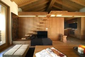 原木色日式风格客厅吊顶装修案例