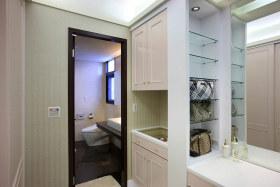 现代风格白色卫生间过道装修案例