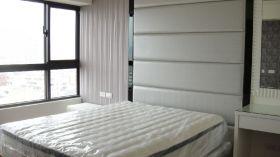 白色简约大窗卧室装饰设计图片