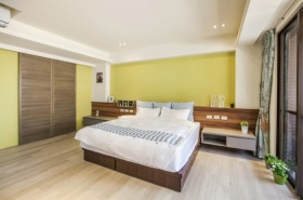 黄色背景墙卧室装潢设计
