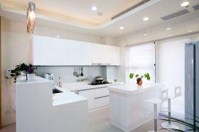 白色现代风格厨房橱柜装修设计图
