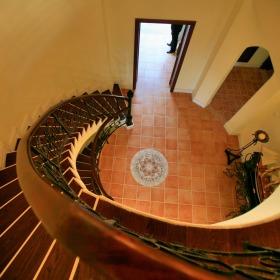 橙色美式风格旋转楼梯设计赏析