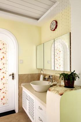 清新黄色田园风格卫生间浴室柜装饰图