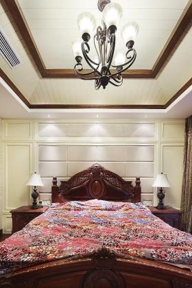 褐色美式风格卧室吊顶装饰图