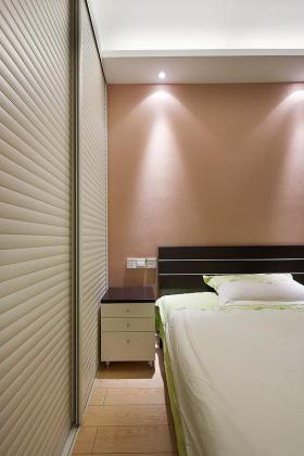 红色简约风格卧室床头壁纸装潢案例