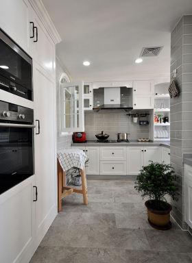 2016白色简约厨房橱柜图片欣赏