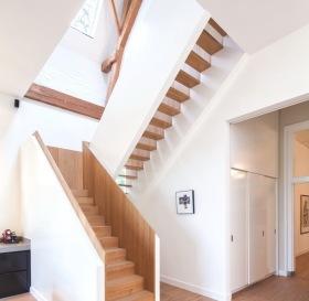 简约白色楼梯装饰图