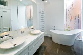 现代风格时尚白色卫生间装修效果图片