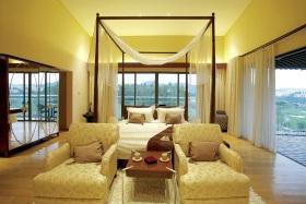 东南亚黄色卧室装饰图