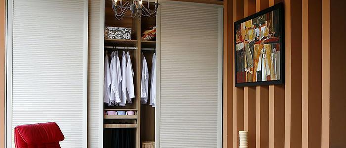 买成品衣柜 成品衣柜是3种途径里面最美观的,有各种木材、风格的选择。 存在的问题是无法量身定做,无法根据自身的喜好、习惯做调整。