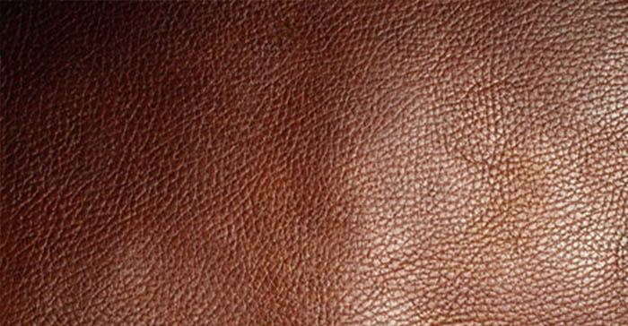 第二步:眼看 真皮革面有较清晰的毛、花纹,黄牛皮有均匀的细毛孔,牦牛皮有较粗而稀疏的毛孔; 人造革,尽管仿制了纹路,可是毛孔和花纹模范不够清晰,色泽不光亮,显得比较沉。