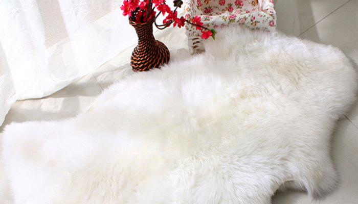 羊毛垫比较华贵大方,不过容易吸尘,要注意清理。