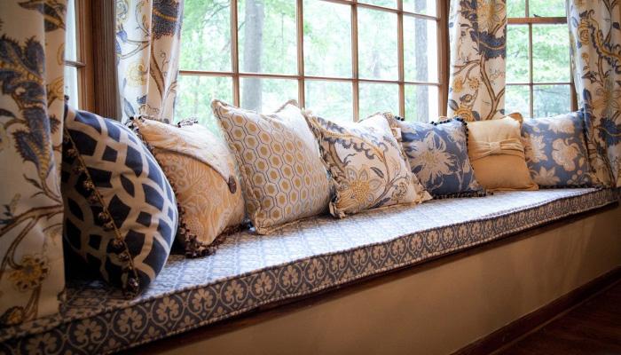 绸缎顺滑,夏天使用也很凉爽,但好的绸缎价格相对比较贵,而且目前市面上的样式比较少。