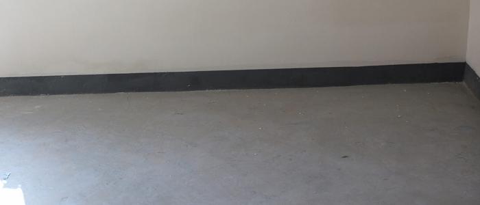 1. 毛坯房地面检验标准 地面与下一层结合牢固,不得有空鼓(考虑到我国施工企业的实际水平,对空鼓面积大于400平方厘米,无裂纹,且每自然间或标准间不多于2处时,可不计入空鼓这一施工质量缺陷); 地面表面应密实,不得有起砂,蜂窝和裂缝等质量缺陷; 地面表面的允许偏差:表面平整度允许偏差为5mm,标高允许偏差为正负8mm,厚度允许偏差为不大于设计厚度的1/10; 有防水要求的地面的立管、套管、地漏处严禁渗漏,坡向应正确,无积水。 2.
