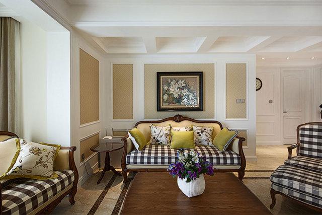 格子沙发透露着休闲气息,后边的带花墙画非常好看。