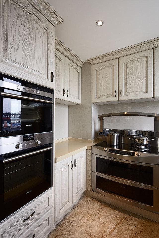 厨房使用原顶,回归自然,橱柜的风格也十分符合。