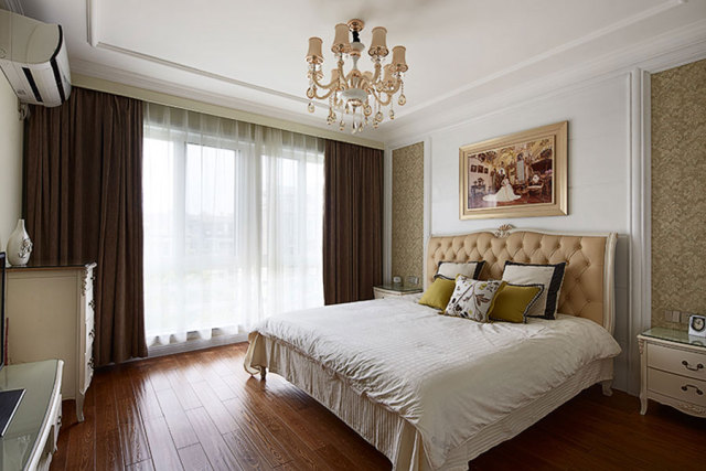 卧室大床后面摆上镀金边框油画,异常温馨。
