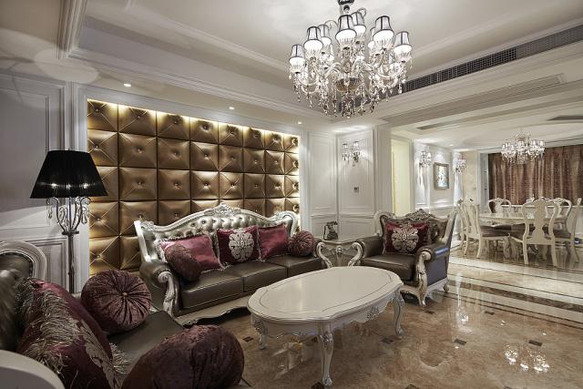 客厅中央亮白的大吊灯配合黄金色的沙发背景硬包,雍容之气顷刻显现。