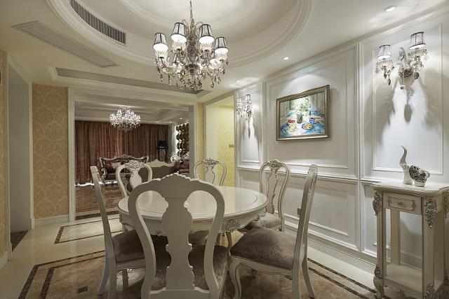 餐桌旁的壁灯也为一抹纯白的护墙板增添了些许点缀。